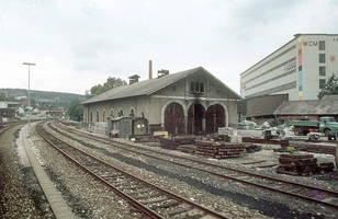 Der Lokschuppen Mitte der 1980er Jahren mit seinen damals Typischen Ausenanlage: Überall lagerten irgenwelche Baumaterialien und auch Bauschutt wurde hier abgelegt.