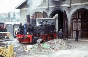 Noch bis in die 1980er Jahre konnten Dampflokomotiven auf Ihrer Sonderfahrt am Schuppen Wasser fassen. Hier die württ. T5, eine der letzten aus Württemberg stammenden Lokomotiven.