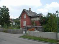 Das nicht mehr bestehende Bahnwärterhaus 24  bei der Hotel Linde.