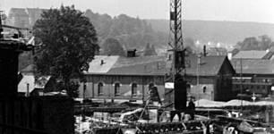 Hier ist deutlich zu sehen, dass der südliche Teil des Lokschuppens ausgebessert wurde. Das Bild entstand 1956, als das bereits wieder abgerissene WCM-Lagerhaus (spätere Gardena-Bau) gerade im Bau war.