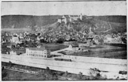 Die erste bekannte Aufnahme des Heidenheimer Bahnhofes von 1868. Deutlich zu sehen sind die beiden Interkontinentalwagen der württembergischen Staatseisenbahnen.